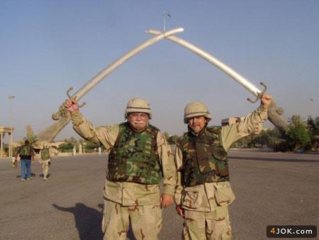 سربازان آمریکایی شمشیر به دست ، سردره قصر صدام