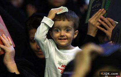 نمی دونم این پسر بچه چی دیده که می خنده ولی خیلی خنده ی زیباییه