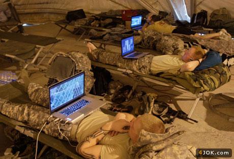 استراحت و تماشای فیلم سربازان آمریکایی در پادگان بغداد  (عراق)