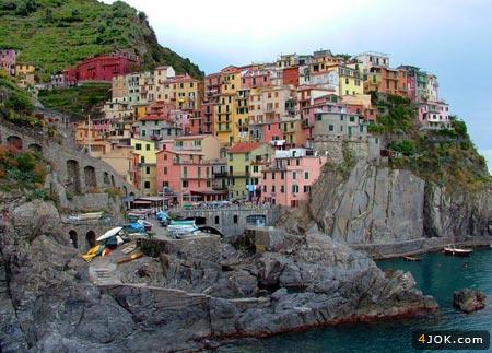 منظره از یه شهر زیبای ساحلی