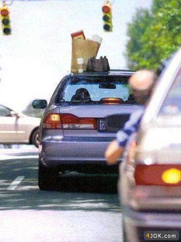 کیف و وسایل و زندگیش مونده روی سقف ماشین ! خدا به خیر بگذرونه
